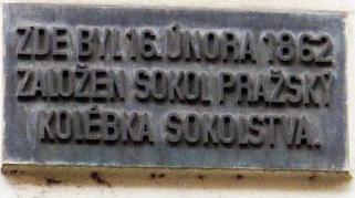 Pamětní deska Sokola na budově školy